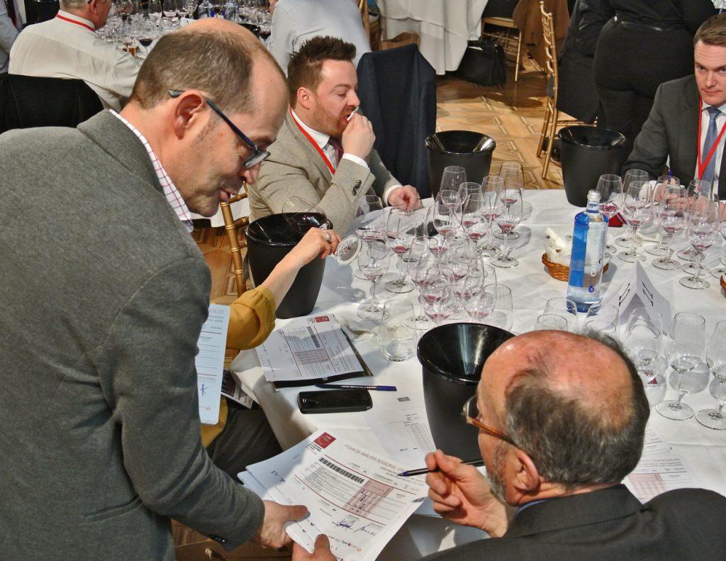 """Recogida de """"Fichas"""" de vinos juzgados por los responsables de la """"Sala de Control"""""""