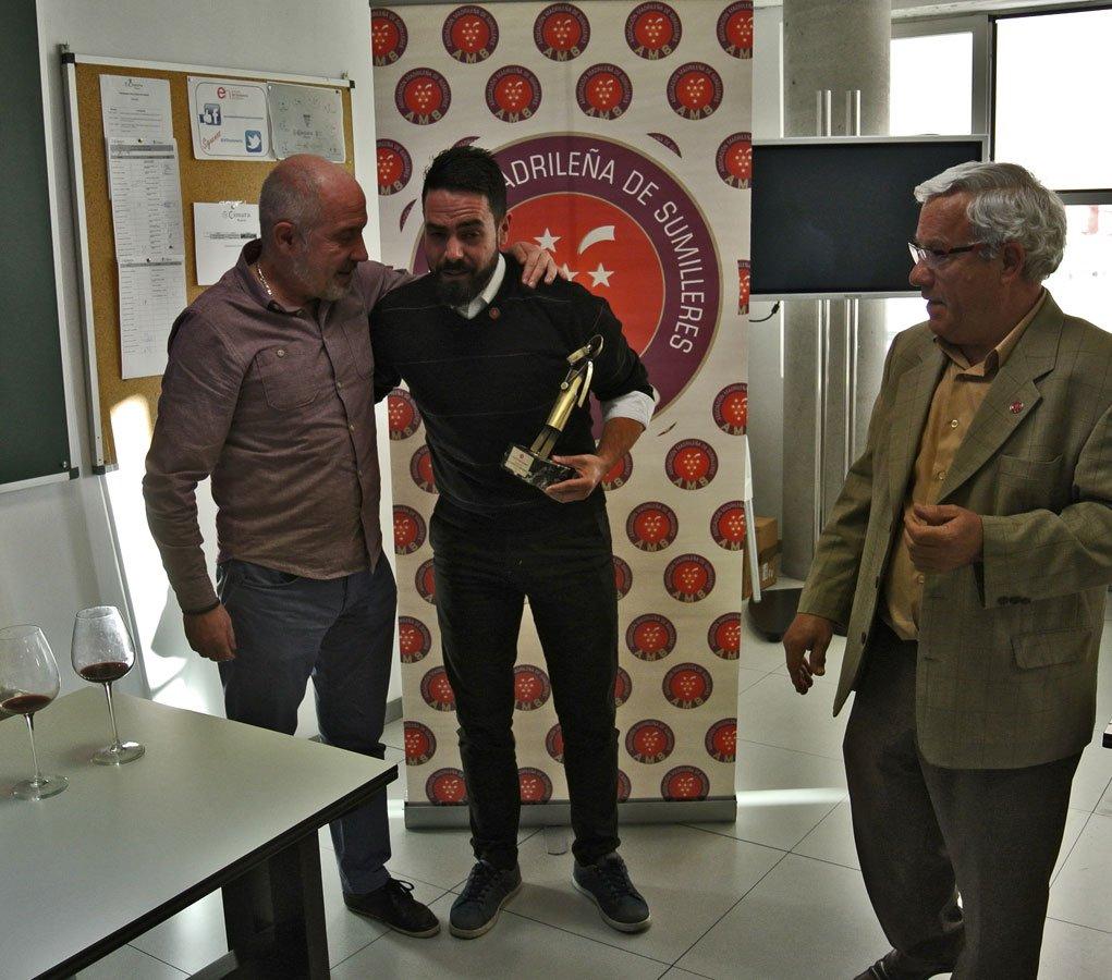 Javier Gila, como presidente de de la AMS, entrega a Bruno Murciano la estatua distintiva de la AMS-Asociación Madrileña de Sumilleres
