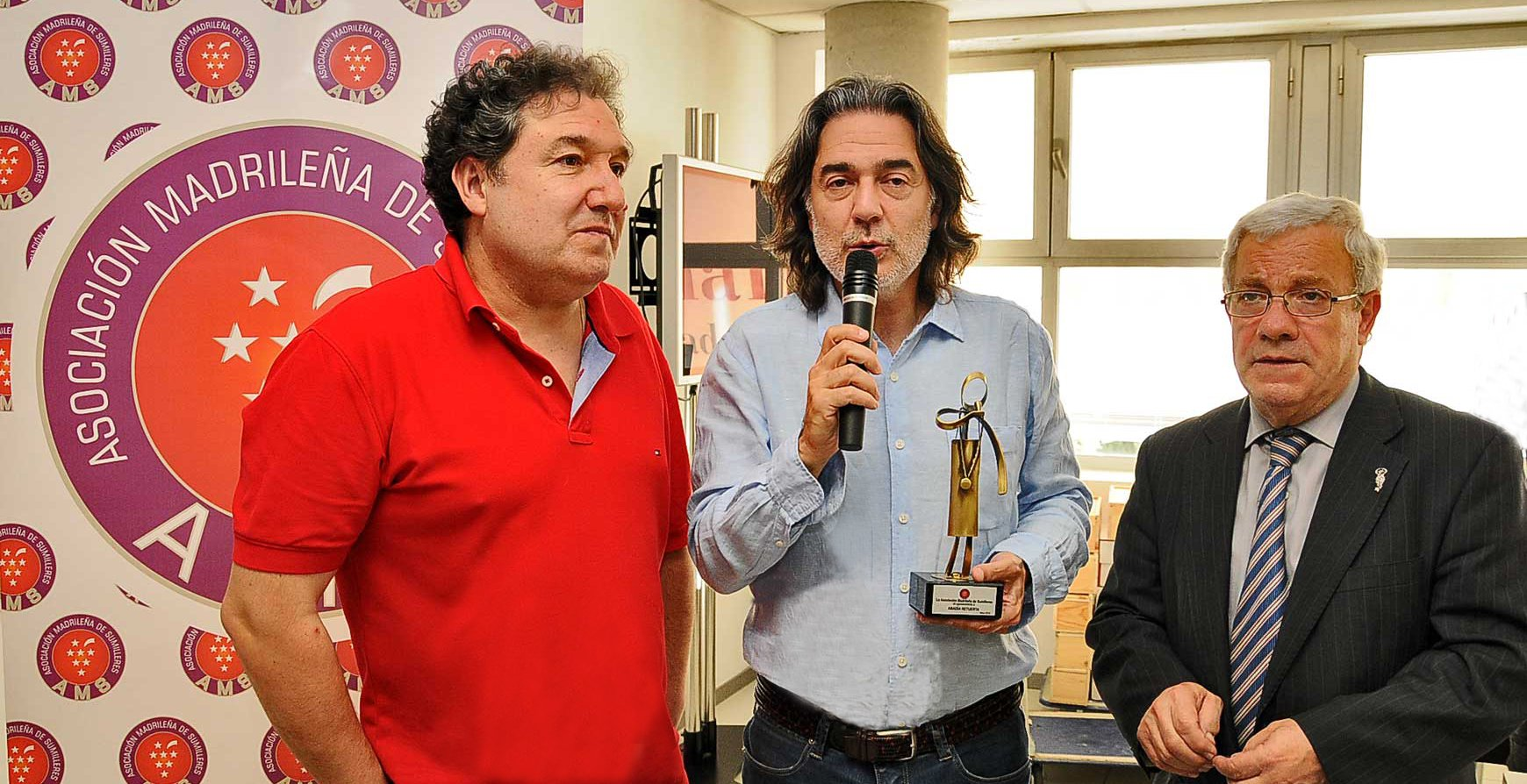 Joaquin Gálvez Bouza hace entrega de la estatua obsequia de la AMS-Asociación Madrileña de Sumilleres, a su amigo Ángel Anocibar Beloqui, enólogo y director técnico de la bodega Abadía Retuerta. En presencia de Manuel Ubago Fernández, miembro de la Junta de la AMS.
