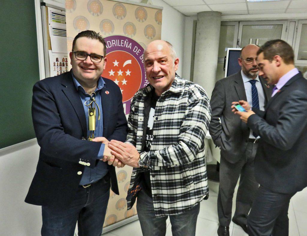 Javier Gila, presidente de la Asociación Madrileña de Sumilleres, presenta a Jorje Peique Valle como creador y responsable de PEIQUE Bodegas y Viñedos