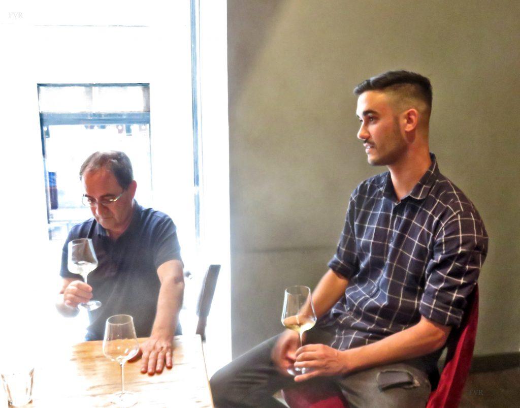 En primer plano Jorge Méndez Díaz dirige la cata en Angelita Madrid de los vinos de Bodegas VIÑÁTIGO, al fondo su padre, Juan Jesús Méndez Siverio, viticultor de 4ª generación y propietarios. Madrid, 24-06-2019